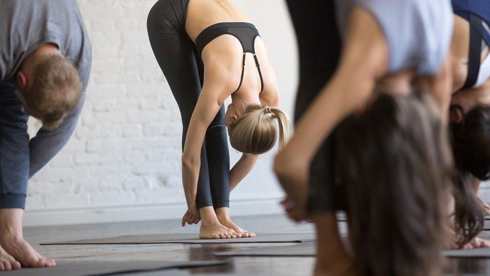 Yoga para principiantes - cómo iniciarte en tu primera clase práctica en casa desde cero 1